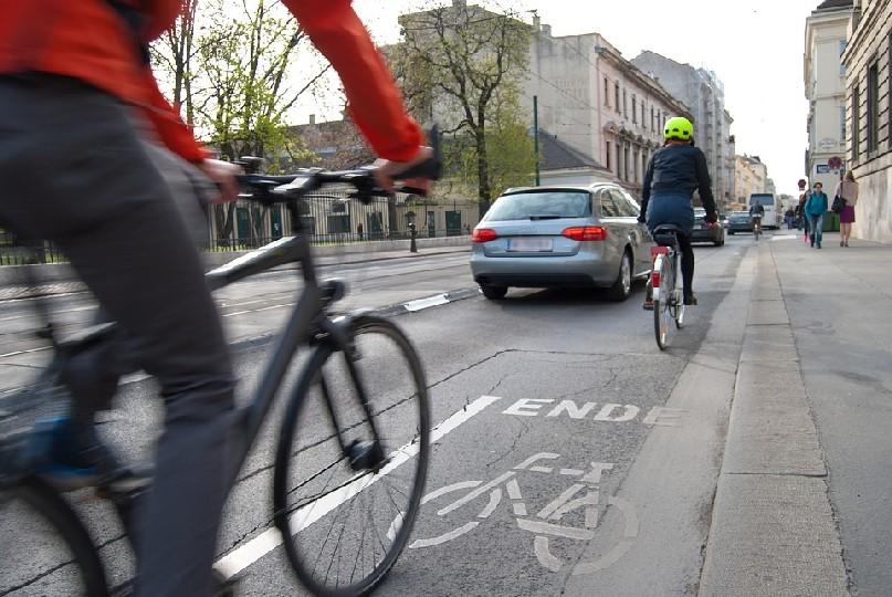cyclists-1750975_960_720_resize.jpg